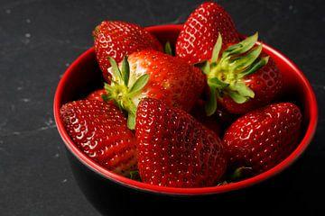 frische Erdbeeren in einer rot-schwarzen Schale von Babetts Bildergalerie