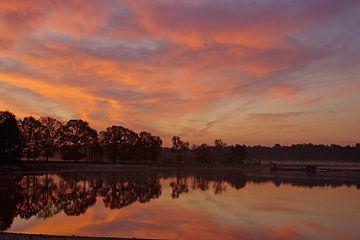 Kleurrijke zonsopgang aan het meer van Anja Uhlemeyer-Wrona