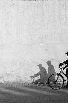 Schwarz-Weiß-Straßenfotografie - Fahrrad von Ellis Peeters