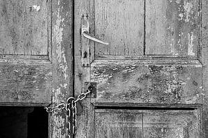 Oude deur in zwartwit van