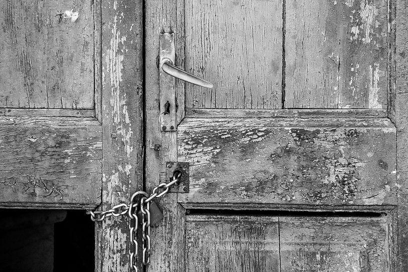 Oude deur in zwartwit van Heidi Bol
