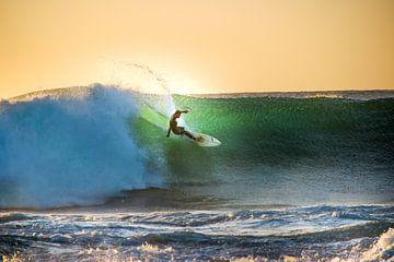 Surfer op Golf bij Zonsondergang van The Book of Wandering