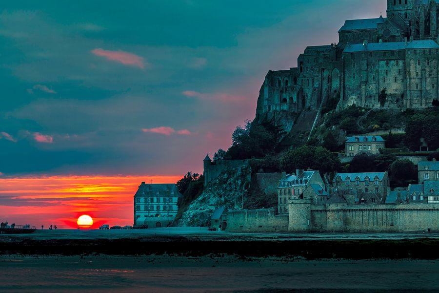 Mont Saint Michel zonsondergang van Roy Poots