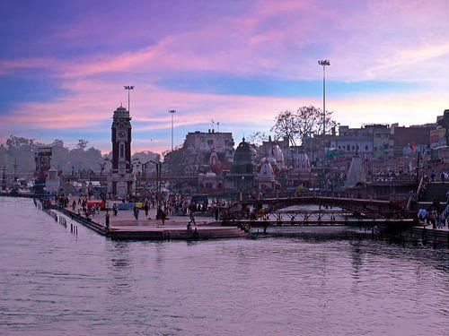 Stadsbeeld van Haridwar aan de rivier de Ganges in India bij zonsondergang van