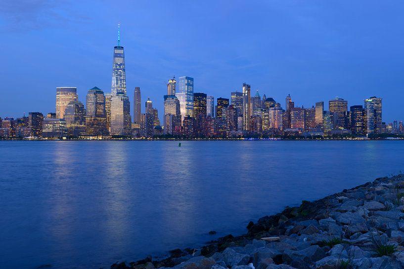 Lower Manhattan Skyline in New York in de avond van Merijn van der Vliet