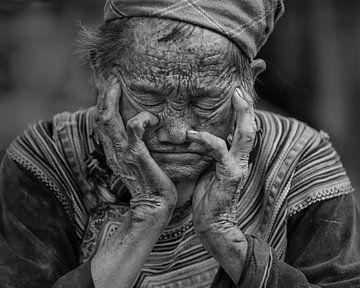 Portrait of an older woman in black and white sur Natasja Tollenaar