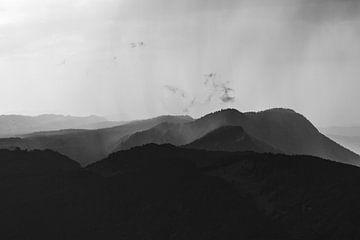 Regenbui in de bergen van Jarno Dorst