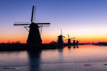 De molens in Kinderdijk voordat de zon opkomt van Arisca van 't Hof