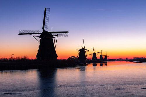 De molens in Kinderdijk voordat de zon opkomt