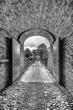Eingangstor in der historischen Festungsstadt Bourtange in Schwarz-Weiß von Harrie Muis