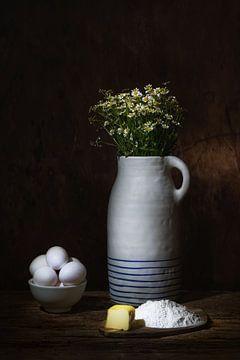 Stilleben mit weissen Tönen, Blumen und Lebensmitteln von Saskia Dingemans