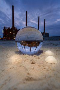 Glazen bol op het strand van de Autostadt van Marc-Sven Kirsch