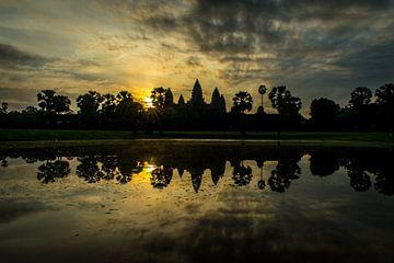 Zonsopkomst bij Angkor Wat in Cambodja van Nico  Calandra