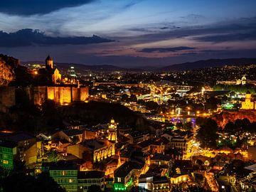 Tbilissi de nuit sur Stijn Cleynhens