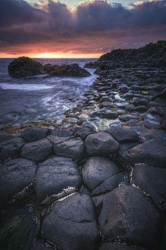 Giant's Causeway in Irland bei Sonnenuntergang von Jean Claude Castor