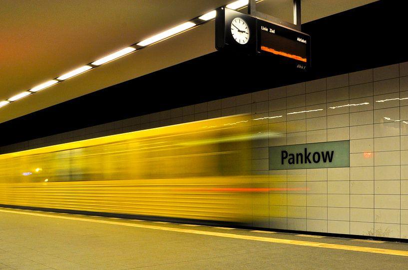 Metrostation U2 - trein in Berlin-Pankow van Silva Wischeropp