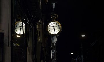 Weerspiegeling van een uurwerk in een Amsterdamse straat van Martin Boerman