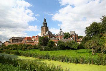 Stadsgezicht Zutphen met de Sint Walburgiskerk in de zomer van Maarten Pietersma