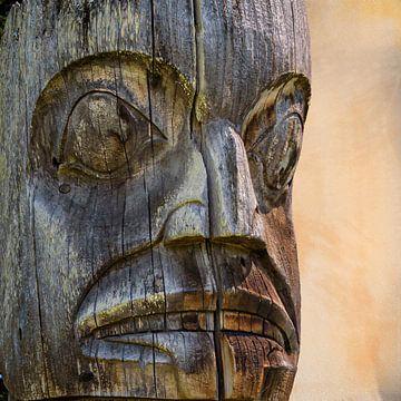 Visage dans le totem, Ksan, Canada sur Rietje Bulthuis