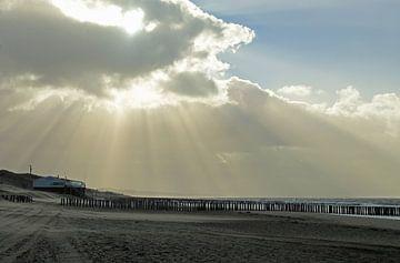 Wolkenstralen boven de kust van Zoutelande van Renzo de Jonge