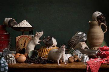 """sechs niedliche Ratten in einem Stillleben mit dem Thema """"Kuchen backen von Leoniek van der Vliet"""