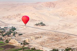 Rode luchtballon boven de oude tempels van Luxor, Egypte van