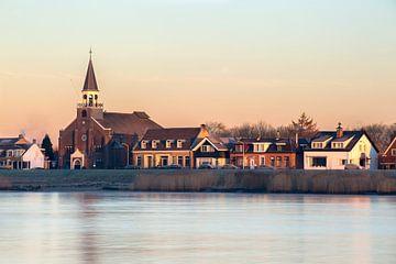 Grote Kerk in Papendrecht tijdens de opkomende zon. van Peter Verheijen