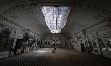 Grote zaal in verlaten hotel van Inge van den Brande