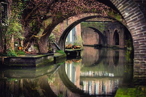 Doorkijkje aan de Kromme Nieuwegracht te Utrecht. van