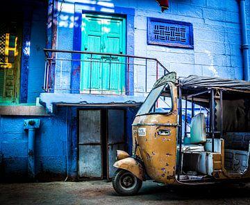 Tuktuk in de blauw geschilderde straten van Jodhpur India van Björn Jeurgens