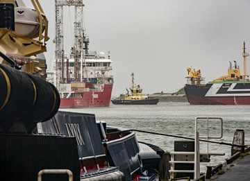 Sleepboot in actie in de haven van  IJmuiden. van scheepskijkerhavenfotografie