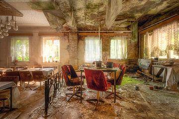 Salle à manger abandonnée en décrépitude. sur Roman Robroek