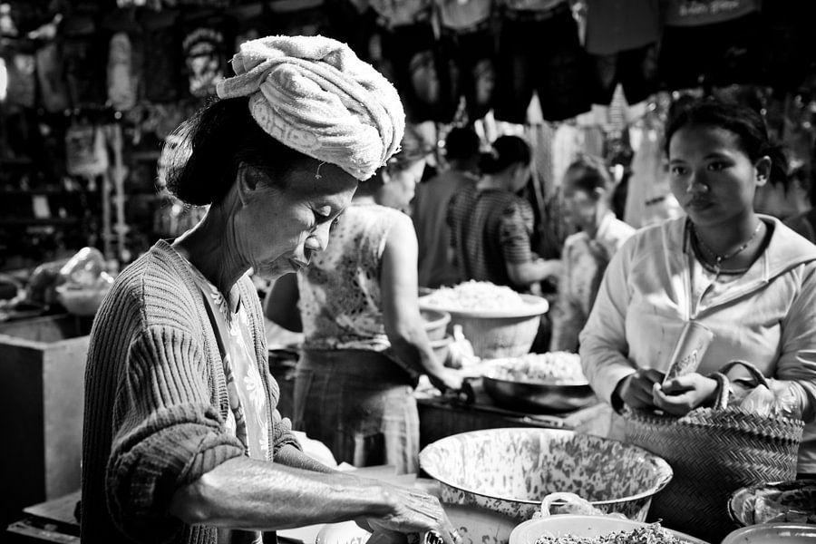 Markt in Sidemen van Bibi Veth