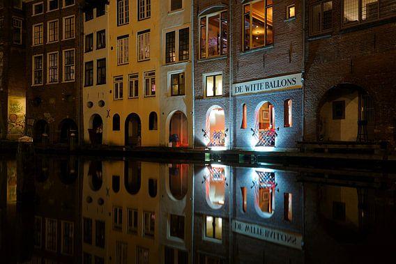 Oudegracht in Utrecht met achterzijde restaurant De Witte Ballons  van Donker Utrecht