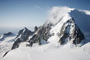 Nuages le long du sommet du Mont Blanc. sur Febe Waasdorp