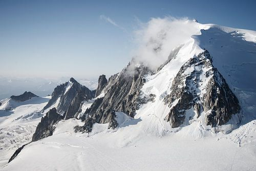 Mistige bergtop van