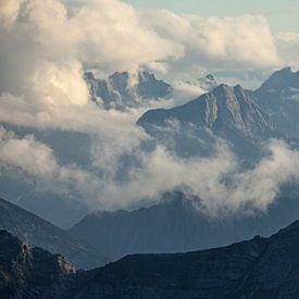 Karwendelgebergte gedrapeerd in wolken van Jiri Viehmann