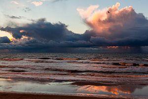 Donkere wolken bij zonsondergang boven de Noordzee