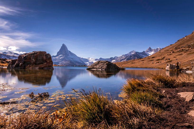 De Matterhorn weerspiegeld in de Stellisee. van Ad Van Koppen