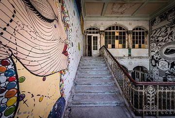 Muurschildering langs trap van Inge van den Brande