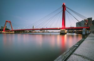 Blauwe uur- Willemsbrug von Jolanda Wisselo