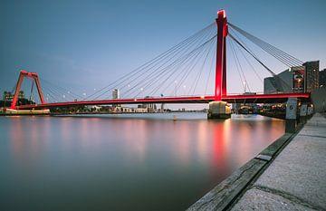 Blauwe uur- Willemsbrug van Jolanda Wisselo