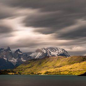 Dreigende luchten in Torres del Paine van Gerry van Roosmalen