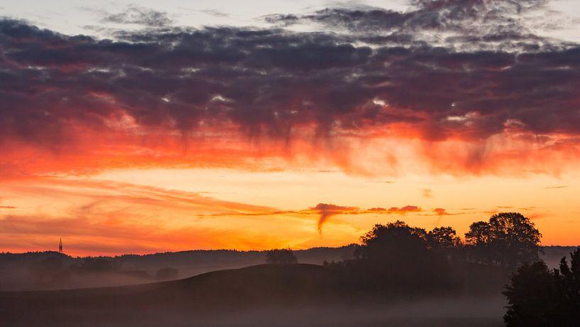 Sonnenaufgang bei Eiselfing von Holger Debek
