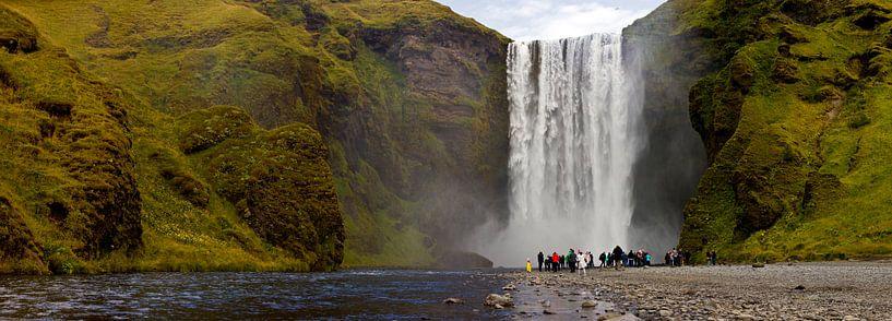 Panorama Skógafoss waterval te IJsland van Anton de Zeeuw