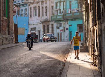 Straat in Habana Vieja, Cuba van Teun Janssen
