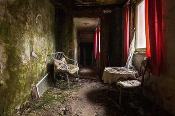 Gang in Verlaten Hotel. van Roman Robroek