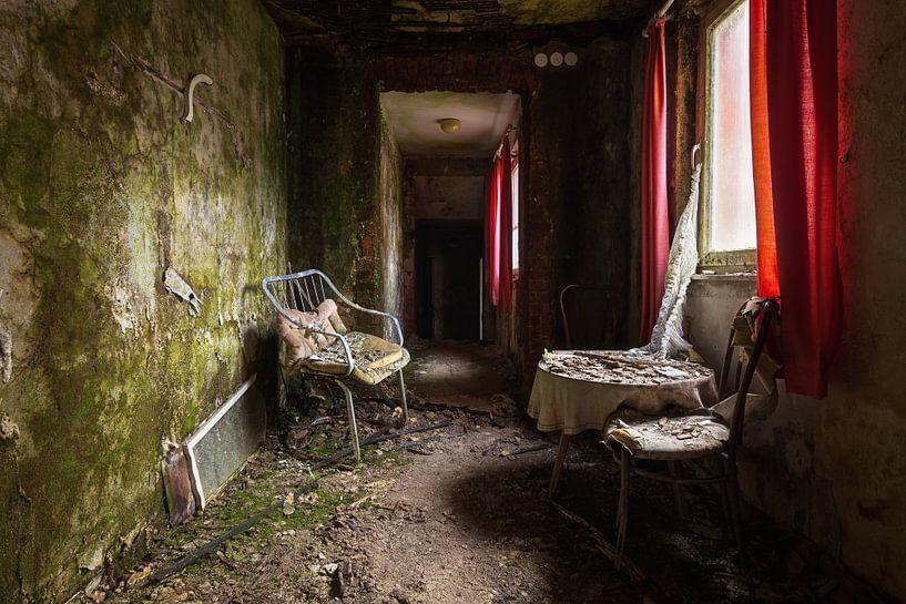 Verlassenes Hotel mit rotem Vorhang. von Roman Robroek