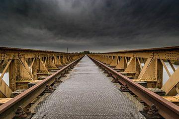 Alte Eisenbahnbrücke bei Sturm und Gewitter von Erwin Floor