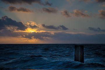 Rûch waar op'e Holwerter Pier - Stormweer op de Holwerder Pier. van By Foto Joukje